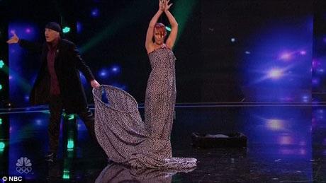 Cặp vợ chồng Sos và Victoria Petrosyan gây ấn tượng với màn thay đổi phục trang trong tích tắc.