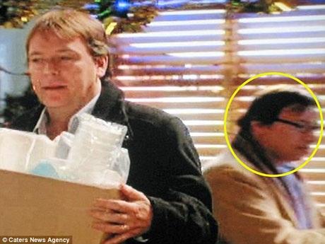 """Trên màn ảnh nhỏ, ông Paul đã xuất hiện đến hơn 250 lần, dù vậy, đa phần người xem truyền hình Anh sẽ không biết ông là ai, vì ông thường chỉ đảm nhận những vai diễn quần chúng, như trong cảnh phim này của loạt phim truyền hình """"EastEnders"""", ông vào vai một người đang ngồi uống cà phê."""