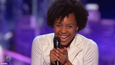 Jayna sung sướng được nghe những lời khen ngợi từ ban giám khảo.