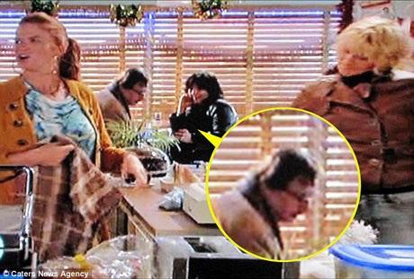 """Một cảnh trong """"EastEnders"""", ông Paul ngồi uống cà phê trong quán."""