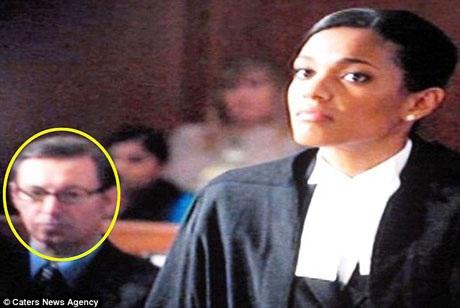 """Ông Paul vào vai một luật sư trong một cảnh phim của seri phim """"Law & Order: UK"""" hồi năm 2008."""