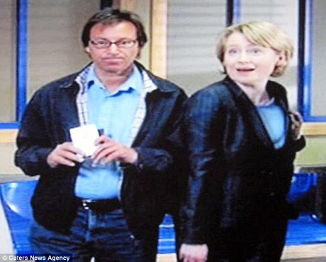 """Ông Paul vào vai một người đang đứng trong sảnh chờ của đồn cảnh sát trong seri phim """"The Bill""""."""