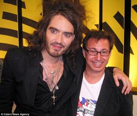 """Đam mê đặc biệt với việc được """"lên hình"""" cũng giúp ông được gặp những người nổi tiếng, như trong ảnh, ông đang chụp hình với nam diễn viên Russell Brand trong chương trình truyền hình """"Celebrity Big Brother""""."""