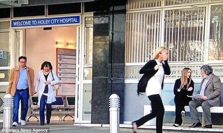 """Vào vai một người đi qua đường trong loạt phim truyền hình """"Holby City""""."""