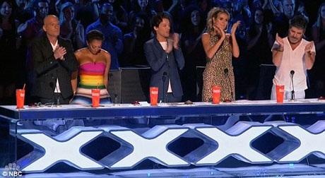 Ban giám khảo đứng lên dành tặng Jayna một tràng pháo tay.