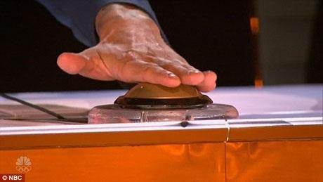 Khoảnh khắc Louis bấm nút vàng.