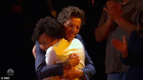 Louis lên sân khấu chúc mừng Jayna.