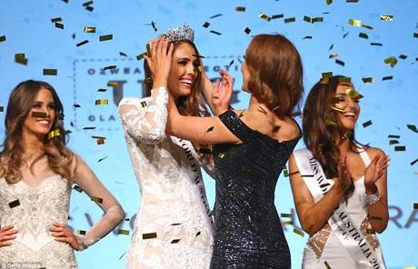 Giây phút Tân Hoa hậu được người đẹp tiền nhiệm trao vương miện.