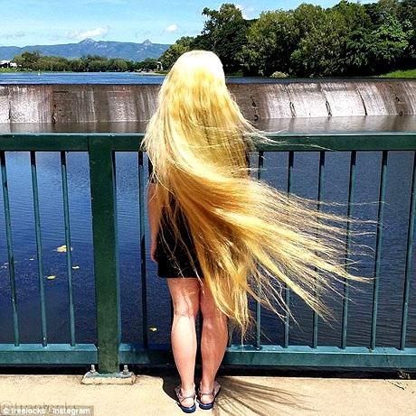 Đôi khi, cô Trisha cũng để mái tóc trở về màu nguyên bản.
