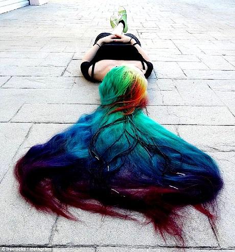 Trên đường phố, mọi người thường dừng lại để nhìn ngắm mái tóc của Trisha, nhiều người còn lại gần để hỏi han và khen ngợi vẻ đẹp đặc biệt của nó.
