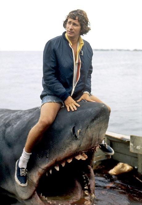"""Đạo diễn Steven Spielberg trên phim trường """"Jaws"""" (Hàm cá mập - 1975). Lúc này ông mới 29 tuổi."""
