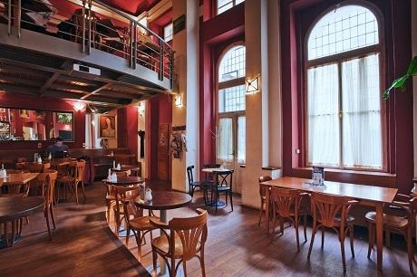 Một tiệm cà phê sách ở Praha, Séc.
