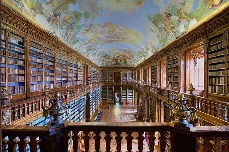 Thư viện bên trong tu viện Strahov ở Praha, Séc.