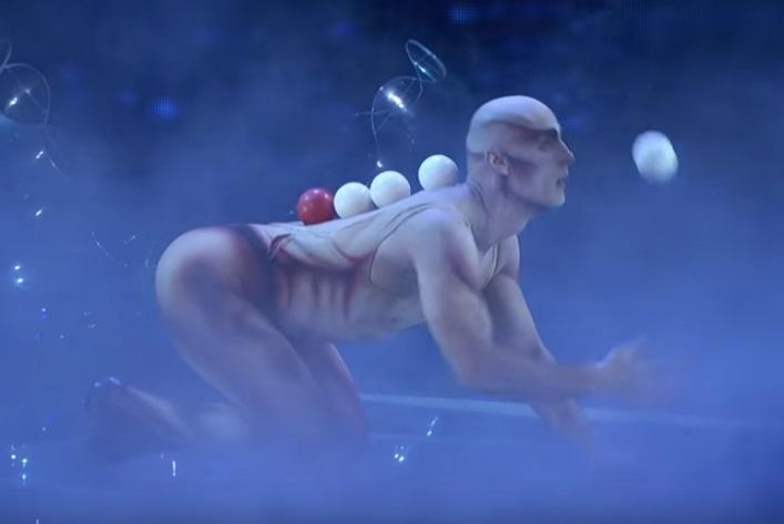 Viktor Kee trình diễn xiếc tung hứng nghệ thuật gây thán phục.