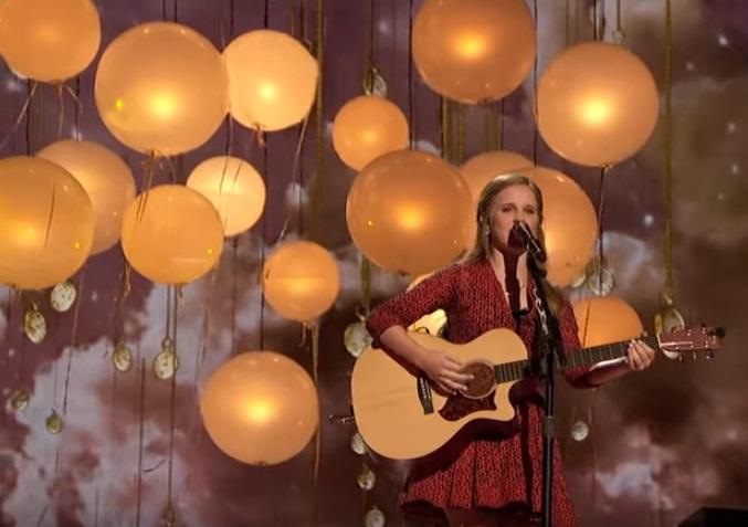 Kadie Lynn Roberson xuất hiện đầy chất nghệ sĩ trên sân khấu với cây ghita.