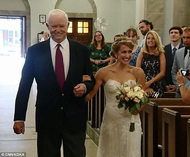 Cô Jeni Stepien, sống ở bang Pennsylvania, đã bước vào lễ đường cùng với ông Arthur Thomas, người đóng vai trò như người cha của cô dâu trong hôn lễ. Ông Arthur Thomas là người đã nhận trái tim hiến tặng của cha cô Jeni cách đây 10 năm khi cha cô bất ngờ qua đời.