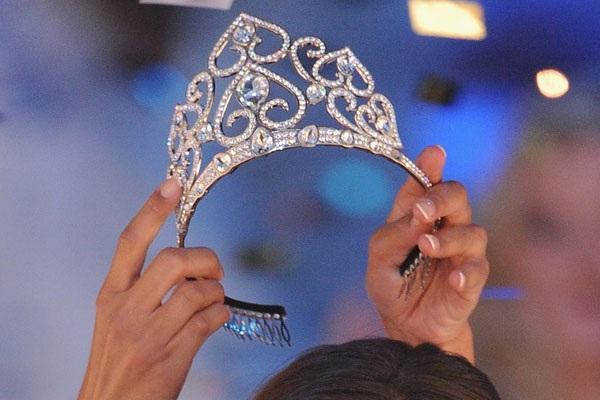 Vừa trao vương miện Hoa hậu, người của ban tổ chức đã bị sát hại - 1