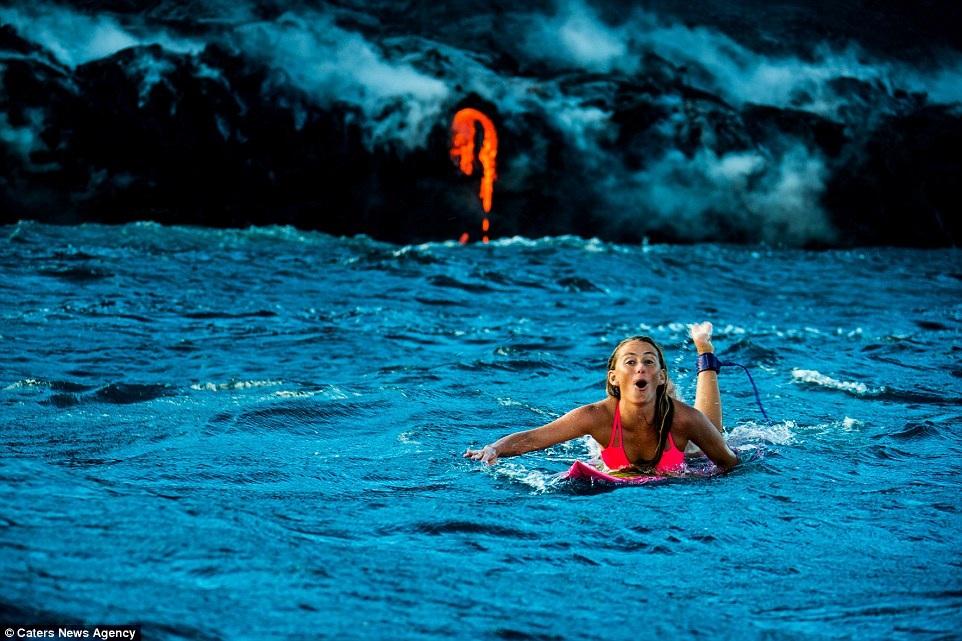 Cô gái ưa mạo hiểm Alison Teal bơi lội ngay bên cạnh dòng nham thạch của ngọn núi lửa đang phun trào với khoảng cách chỉ vài mét.
