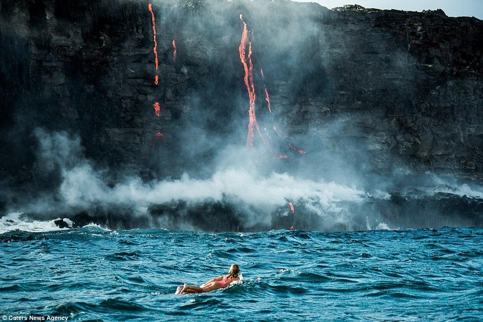 """Khi biết núi lửa Kilauea đang phun trào và dòng nham thạch đã chảy ra đến biển, Alison đã không bỏ lỡ cơ hội thực hiện một bộ ảnh """"để đời""""."""