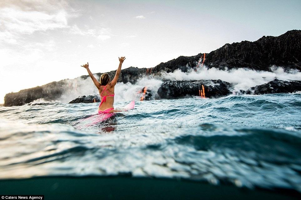 Vùng nước nơi có dòng nham thạch chảy vào rất nóng, Alison và người bạn nhiếp ảnh gia của mình không thể lại gần hơn nữa bởi có những hạt đó nhỏ tí tách bắn ra tứ phía có thể gây nguy hiểm.