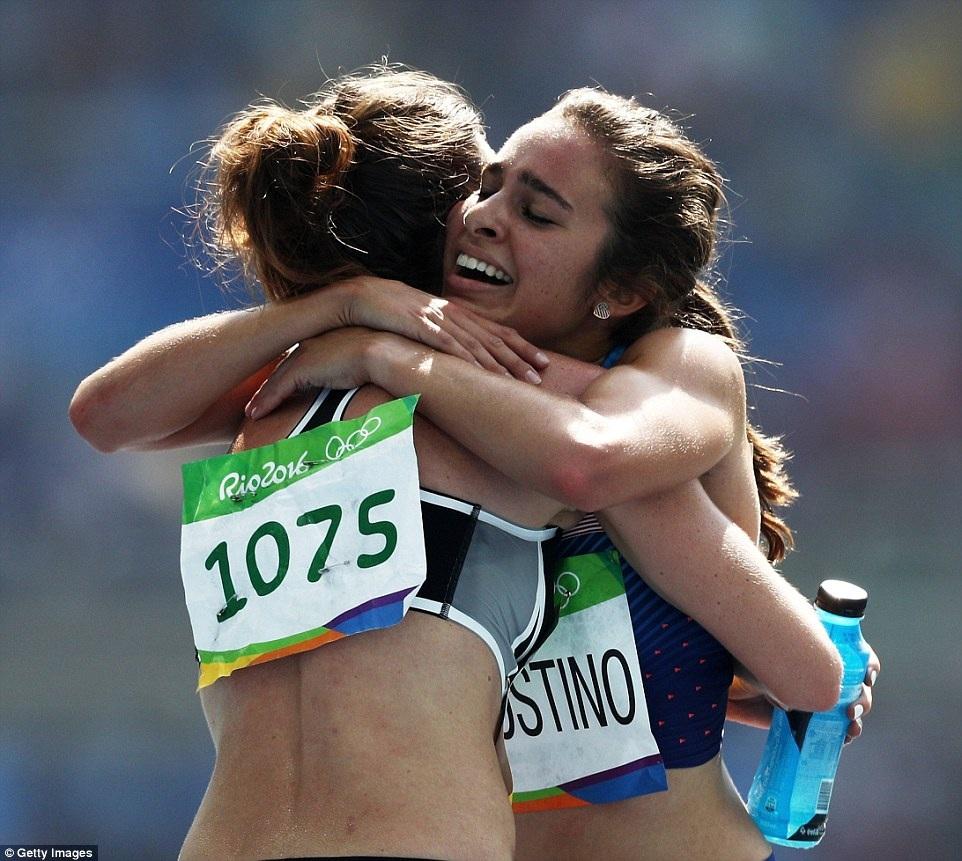 Không bất ngờ gì khi hai nữ vận động viên về cuối trong phần thi, nhưng họ vẫn ôm nhau hạnh phúc như thể đã giành được huy chương.