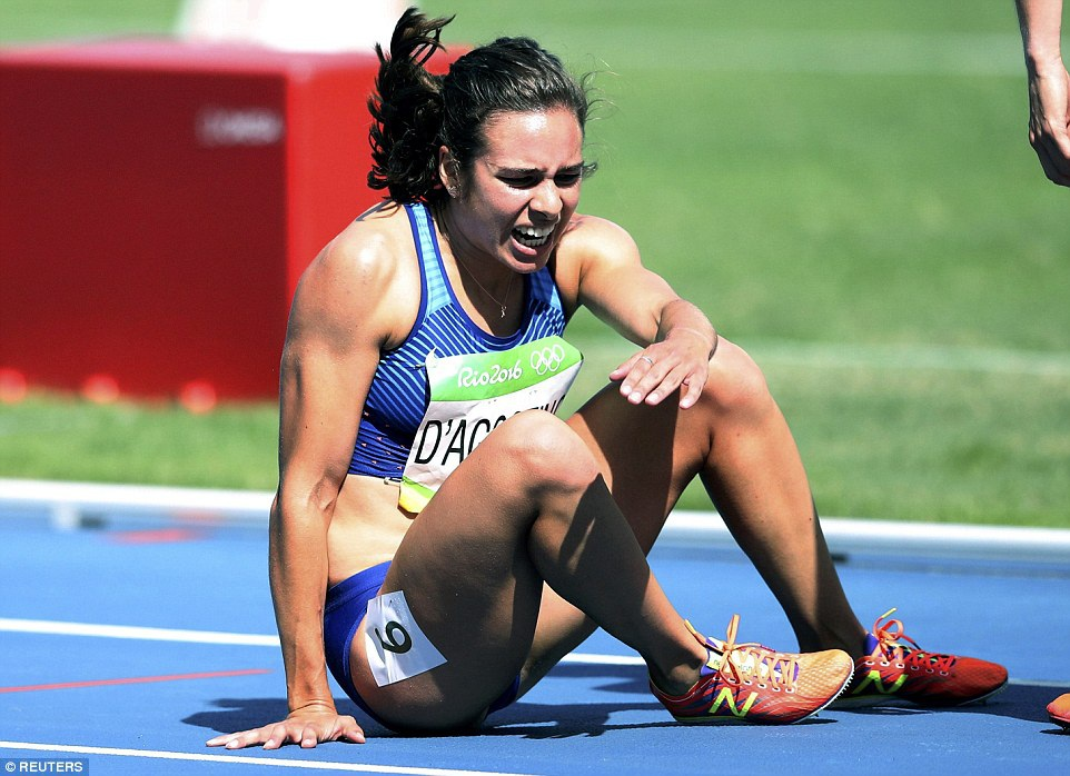 DAgnostino tự xoay xở với chấn thương của mình trên đường chạy khi cô vẫn còn 2.000 trước mặt.