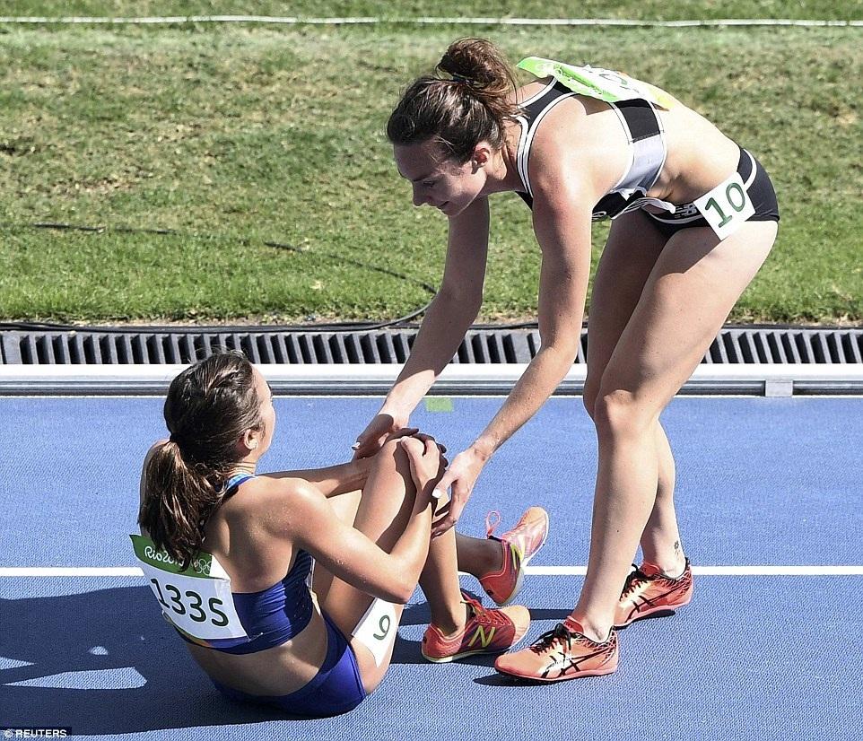 Tình huống xảy ra trên đường chạy 5.000m của bộ môn điền kinh nữ đã ngay lập tức gây sốt trên khắp các mặt báo và mạng xã hội. Sự cố này đã gói trọn tinh thần Olympic khi hai nữ vận động viên vẫn nỗ lực hoàn tất phần thi, và đặc biệt hơn thế, họ còn cho thấy tinh thần đoàn kết, giúp đỡ lẫn nhau, khi chiến thắng không phải là tất cả.