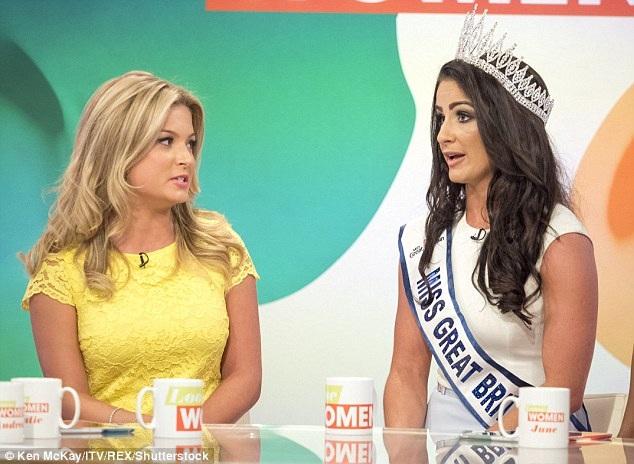 """Zara Holland (trái) đã vướng vào một cuộc tranh cãi gay gắt trong talkshow """"Loose Women"""" vừa diễn ra, trong talkshow, cô đã lên tiếng chỉ trích người thay thế mình, tân Hoa hậu Deone, vì đã nhận lời ban tổ chức đảm nhận cương vị mới. Giữa hai người đẹp có một sự căng thẳng không thể che giấu."""