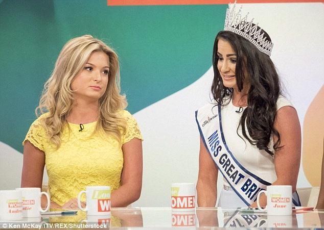 """Ngay trước mặt tân Hoa hậu và ngay trên sóng truyền hình, Hoa hậu bị truất vương miện - Zara Holland - đã nói về Deone một cách khá gay gắt rằng: """"Cô ấy đã không giành chiến thắng tại cuộc thi và không xứng đáng với ngôi vị này""""."""