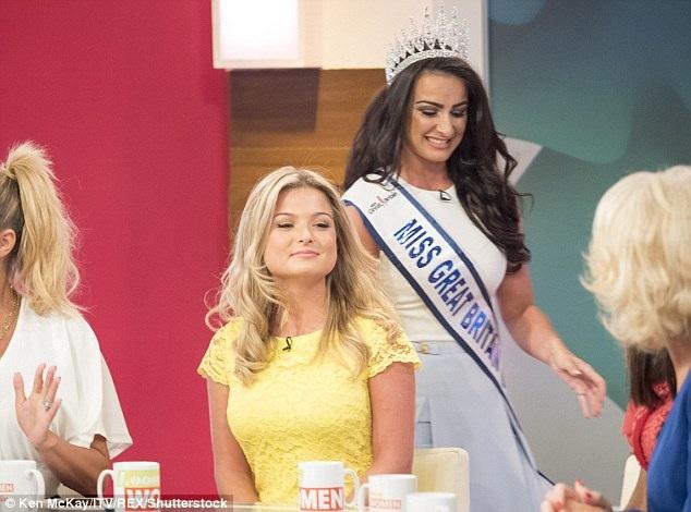 Khi khách mời Zara Holland thấy Deone Robertson xuất hiện tại trường quay với vương miện và dải băng Hoa hậu, gương mặt cô không lấy gì làm vui vẻ.