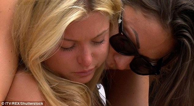 """Zara đã rất suy sụp sau khi nhận được tin rằng mình đã bị phế truất vì có cảnh nóng với một ứng viên nam trong show thực tế """"Love Island"""". Ngay cả khoảnh khắc khó khăn này cũng bị chương trình """"Love Island"""" ghi hình phát sóng."""