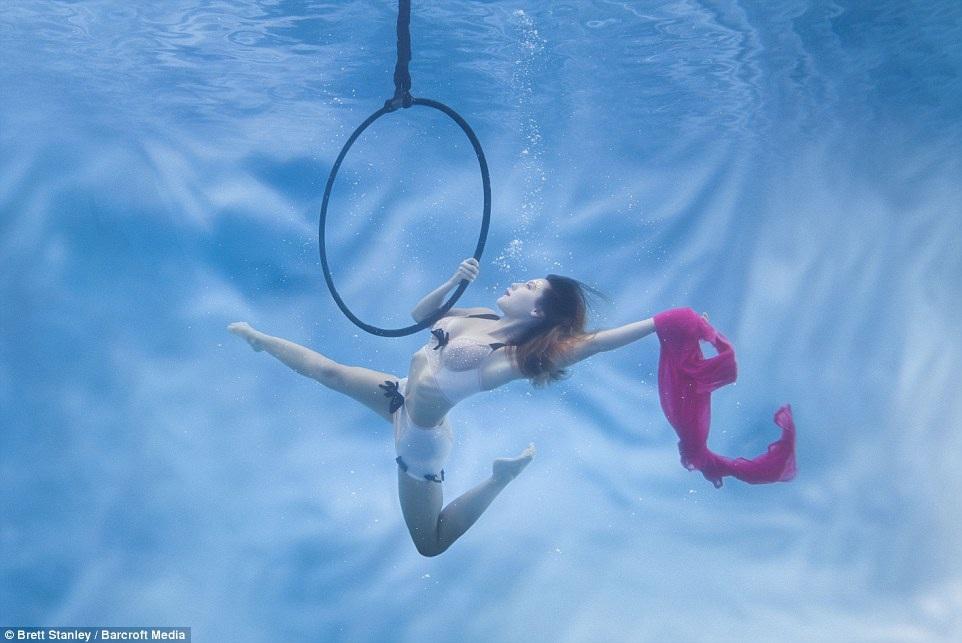 Bộ ảnh được thực hiện trong khoảng vài tháng, nhiếp ảnh gia Brett Stanley phải giúp các vũ công học cách nhịn thở khi ở dưới nước, đồng thời họ cũng phải tìm ra bí quyết để có được những tạo dáng đẹp nhất trong môi trường nước.