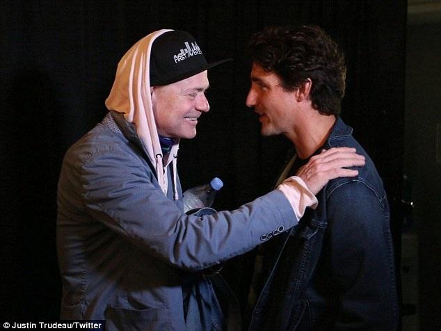 """Thủ tướng Canada - Justin Trudeau - ăn vận giản dị, có mặt trong đám đông khán giả theo dõi trực tiếp đêm nhạc tại quảng trường và đã đến tận nơi để gặp mặt """"ban nhạc quốc dân""""."""