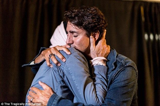Thủ tướng Canada và giọng ca nam Gord Downie chia sẻ cái ôm thân ái.