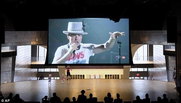 Ở nhiều thành phố tại Canada, những màn hình lớn đều dành để truyền hình trực tiếp đêm nhạc của Tragically Hip. Trong ảnh là một màn hình ở thành phố Calgary.