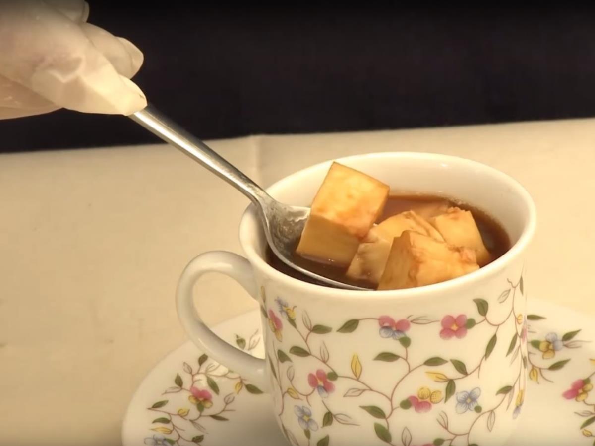 """""""Kaffeost"""" của Phần Lan: Café nóng được rót lên trên những viên phó-mát """"juustoleipä"""". Mặc dù nghe chừng phó-mát có thể phá vị café và khiến thức uống này bớt đi sức hấp dẫn, nhưng người Phần Lan lại rất say mê sự kết hợp lạ lùng này."""