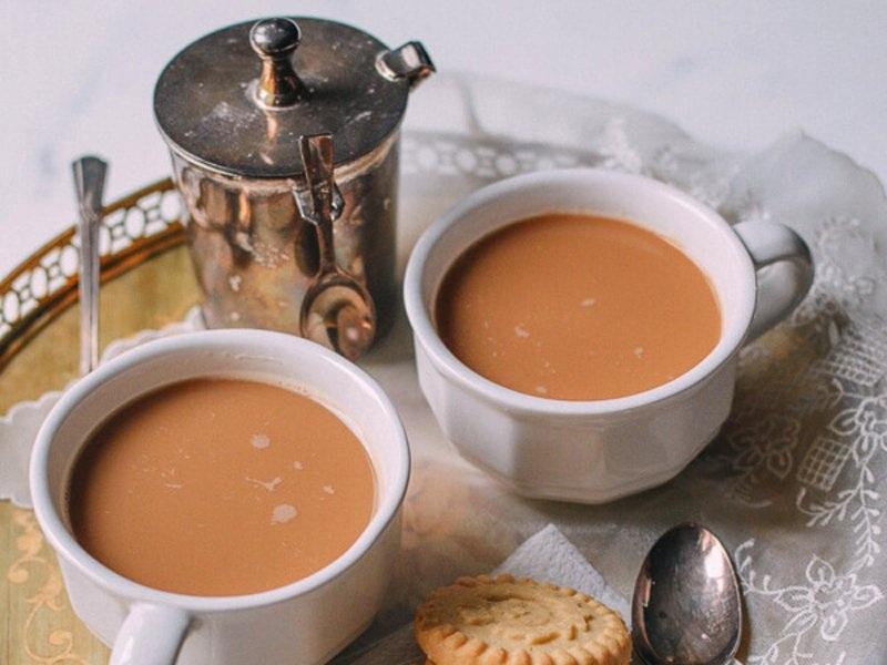 """""""Yuanyang"""" của Malaysia: Thức uống hấp dẫn này có thể uống nóng hoặc lạnh tùy thích. Trong một tách """"yuanyang"""" có ba phần là café đen và 7 phần là trà sữa. Đây là một sự kết hợp giữa café, trà và sữa."""