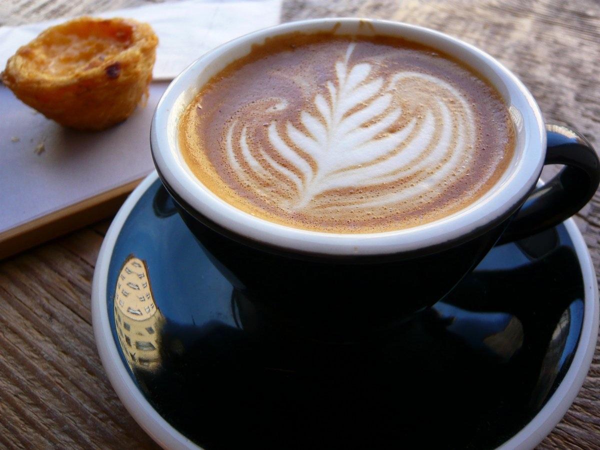 """""""Flat White"""" của Úc: Một tách """"flat white"""" tương tự như một tách """"latte"""" nhưng nhỏ hơn về kích cỡ. Để có một tách """"flat white"""" phong cách Úc, chỉ cần rót bọt sữa vào tách espresso."""