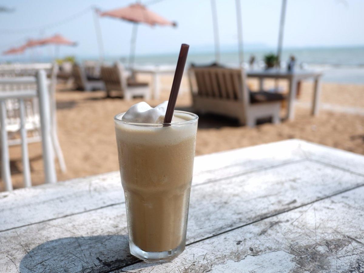 """""""Frappé"""" của Hy Lạp: """"Frappé"""" là thức uống mùa hè yêu thích của người dân Hy Lạp, bao gồm café tan trộn đá bào và rót đầy bọt sữa."""