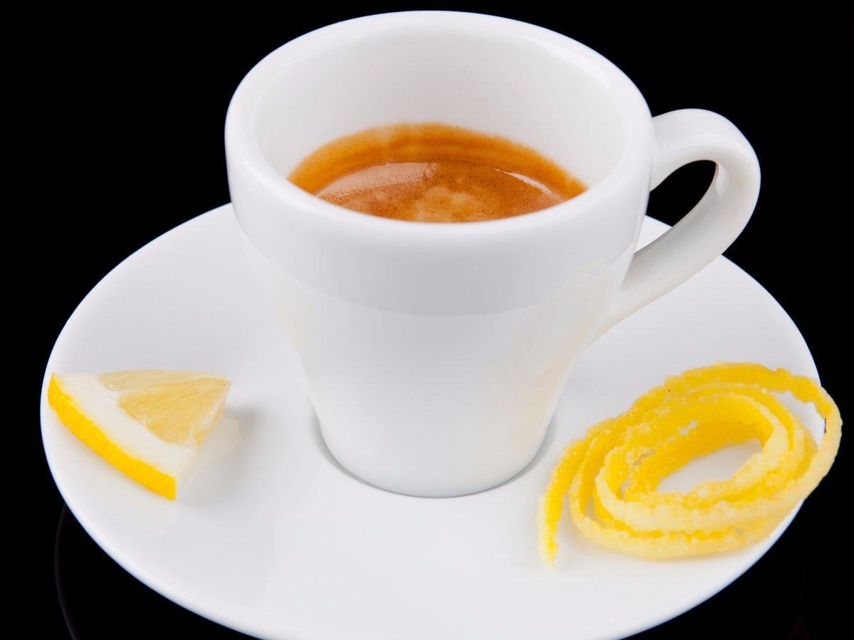 """""""Espresso Romano"""" của Ý: Một tách espresso đích thực của Ý thường có một lát chanh đi kèm, vị chanh được cho là giúp vị ngọt của tách café trở nên rõ rệt hơn."""