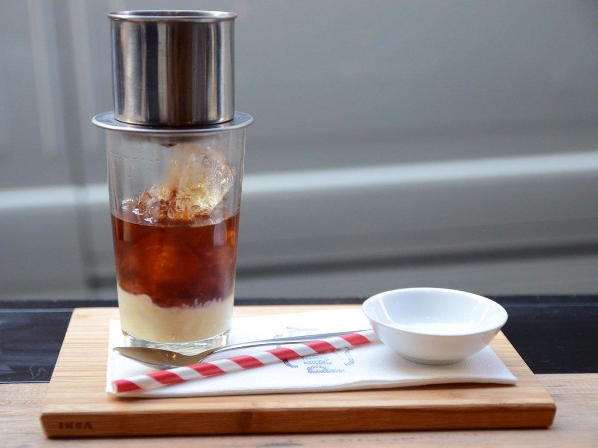 """Cà phê sữa đá của Việt Nam: Được biết tới là một thức uống vừa ngọt vừa đậm đặc, cà phê sữa đá của Việt Nam được pha chế từ hạt cà phê rang xay thô, không cầu kỳ, sau đó dùng phin để chế từng giọt vào một chiếc tách có sữa đặc dưới đáy, khi hoàn tất quá trình đòi hỏi sự chờ đợi nhẫn nại đó, người dùng có thể cho thêm đá để tận hưởng một ly cà phê sữa đá mát lịm """"tỉnh người""""."""