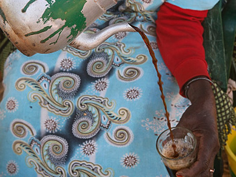 """""""Café Touba"""" của Senegal: """"Café Touba"""" có vị hạt tiêu và đôi khi còn có thêm một nhánh đinh hương. Những thức gia vị này được trộn thêm vào những hạt café ngay từ khâu rang xay, giúp đưa lại cho café vị nồng ấm đậm đặc."""