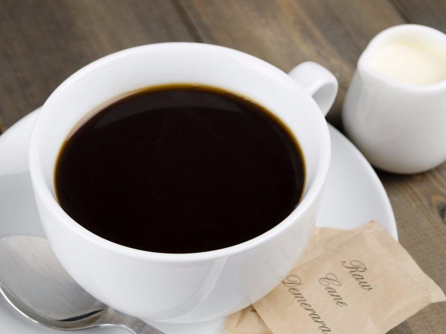 """""""Cafezinho"""" của Brazil: Nhiều người cho rằng cocktail caipirinha mới là thức uống """"quốc hồn quốc túy"""" của Brazil, nhưng cafezinho cũng là một thức uống rất phổ biến với người dân bản địa. Tương tự như espresso, cafezinho là một tách café nhỏ nhưng rất đậm đặc. Điểm khác biệt giữa cafezinho và espresso nằm ở chỗ cafezinho được làm ngọt ngay từ khâu rang xay khi người ta trộn hạt café với đường ngay từ đầu."""