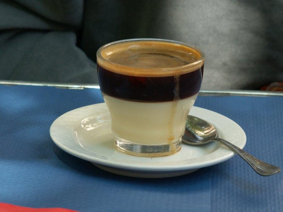 """""""Cafe Bombon"""" của Tây Ban Nha: Những người thích vị ngọt hẳn sẽ thích """"café bombon"""" của Tây Ban Nha bởi người ta chế thêm nhiều đường và sữa đặc."""