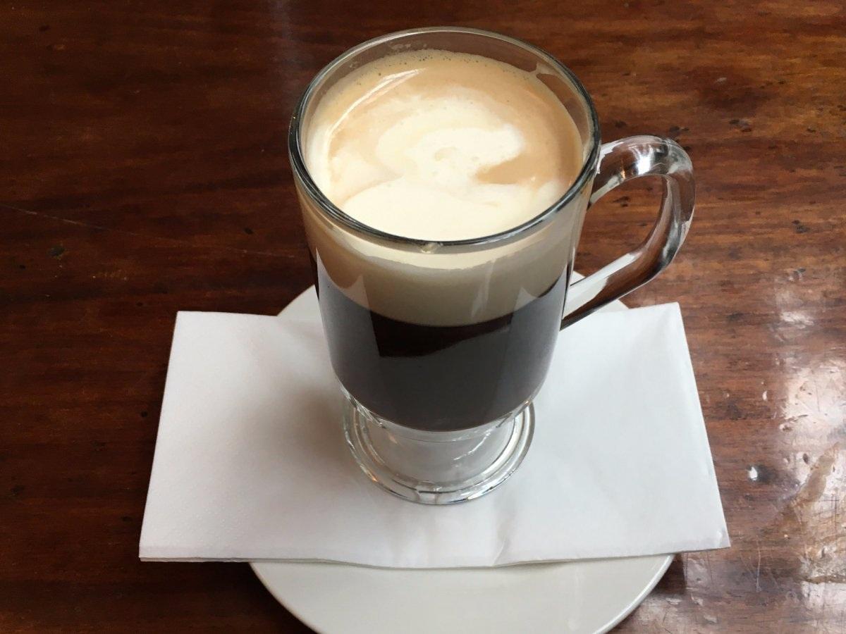 Café Ireland: Một tách café của người Ireland không chỉ có café nóng mà còn có rượu whiskey, đường và một lớp kem.