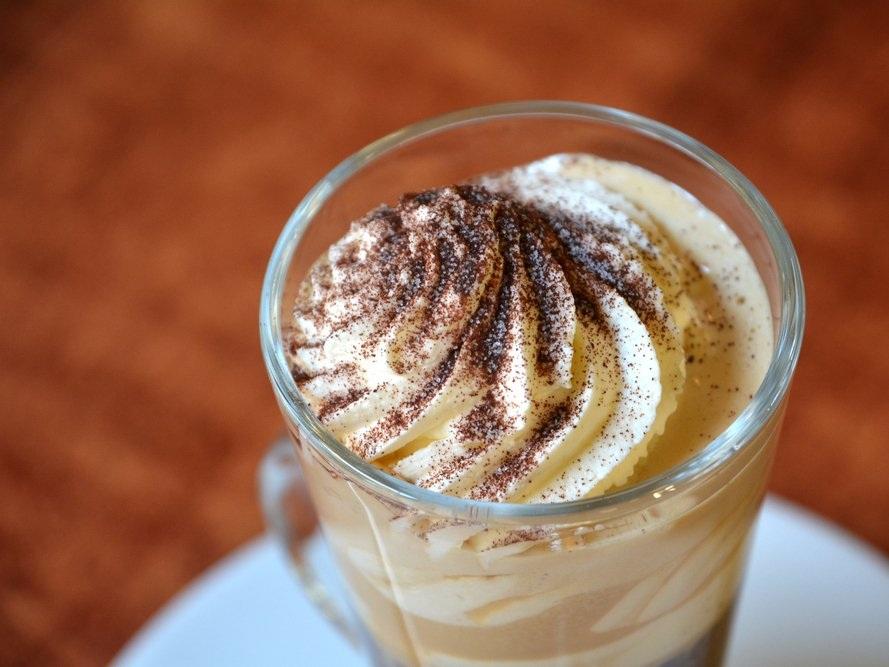 """""""Wiener Mélange"""" của Áo: Tương tự như cappuccino, """"wiener mélange"""" về cơ bản là một tách espresso dùng với sữa nóng và bọt sữa, thậm chí còn có cả kem bông tuyết và bột cacao."""