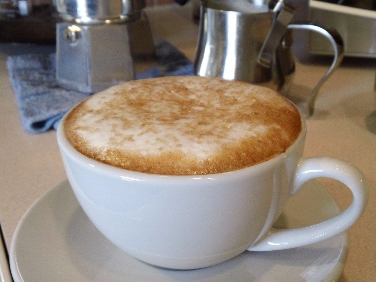 """""""Café au lait"""" của Pháp: Một tách """"Café au lait"""" chứa một lượng sữa nóng và café tương đương nhau. Người Pháp thường dùng café trong tách lớn để có thể dễ dàng chấm bánh sừng bò."""