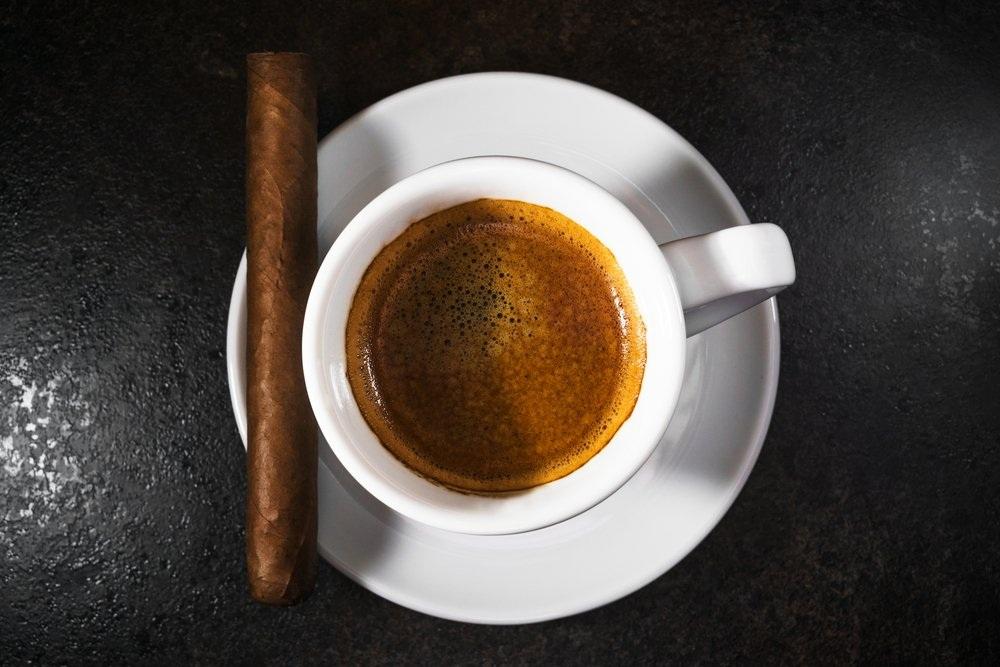 """""""Café Cubano"""" của Cuba: Tách café đặc trưng của người Cuba khá nhỏ nhưng không thể """"xem thường"""" bởi nó rất đậm đặc. Café Cubano về cơ bản là một tách espresso dùng với đường."""