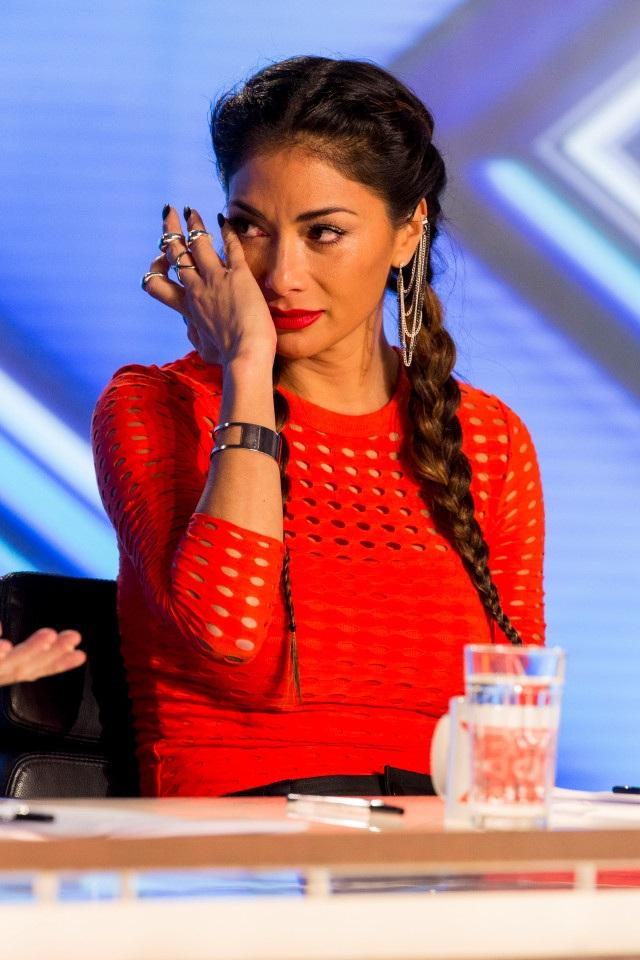 """Nữ giám khảo Nicole Scherzinger xúc động với những câu chuyện cảm động xuất hiện """"dồn dập' trong tập đầu của X Factor Anh phát sóng ngày 27/8 vừa qua."""