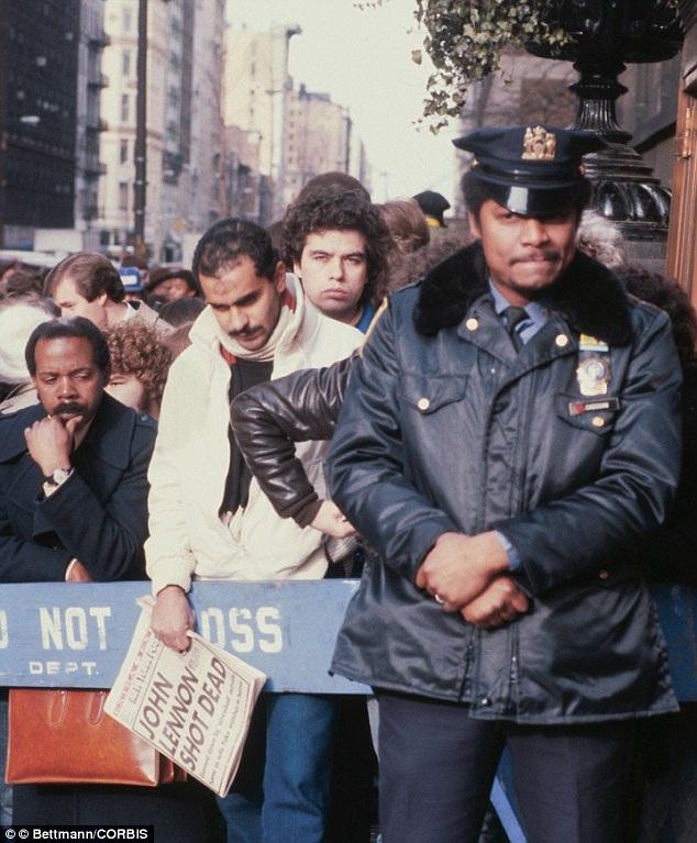 Các fan của John Lennon đã tập trung bên ngoài tòa chung cư nơi xảy ra án mạng, sau khi thông tin Lennon bị sát hại bằng súng được đăng tải trên khắp các mặt báo.